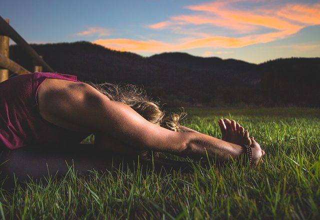 Frau in der Yoga Pose Janu Sirsasana