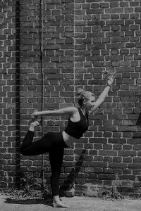 Tänzer Pose (schwarz-weiß)